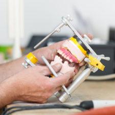 technicien travaillant Denturologiste Montréal